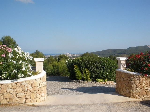 Lovely villa is located on the hillside of San Rafael